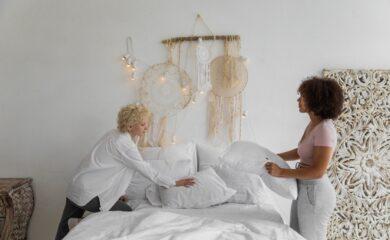 To piger reder deres seng